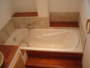 Salle de bains avec carrelage imitation pierre