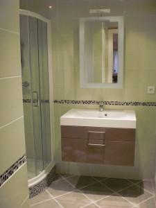 Création d'une salle d'eau avec meuble suspendu à Roquebrune-sur-Argens