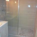 Douche avec marche maçonnée et petit galets plats