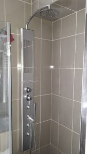 Colonne de douche avec jets hydromassants